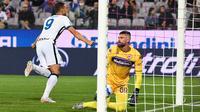 Striker Inter Milan, Edin Dzeko cetak gol ke gawang Fiorentina di ajang Liga Italia. (ANDREAS SOLARO / AFP)