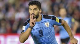 Striker Uruguay, Luis Suarez, merayakan gol bunuh diri pemain Paraguay pada laga kualifikasi piala dunia 2018 di Stadion Defensores del Chaco, Rabu (6/9/2017). Uruguay menang 2-1 atas Paraguay. (AFP/Daniel Duarte)