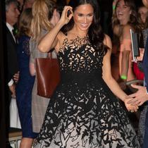 Meghan Markle, Duchess of Sussex saat tiba menghadiri The Australian Geographic Awards di Sydney, Australia (26/10). Gaun mewah Meghan Markle ini harganya 10.000 poundsterling atau sekitar Rp 194,7 juta. (Paul Edwards/Pool via AP)