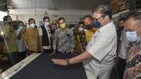 Ketua Umum Partai Golkar, Airlangga Hartarto saat berkunjung ke pabrik tenun di Majalaya, Kabupaten Bandung, Jawa Barat. (Ist)