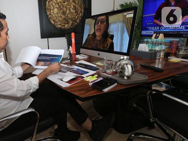 Anggota DPR Komisi XI Bidang Keuangan & Perbankan Kamrussamad dalam Rapat Dengar Pendapat (RDP) dengan Menteri Keuangan, Sri Mulyani membahas perkembangan kondisi perekonomian di tengah pandemi Corona Covid-19 secara virtual dari ruang kerjanya di Jakarta, Senin (6/4/2020). (Liputan6.com/HO/Bon)