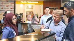 Dahlan Pido (kedua kanan) jelang membuat pengaduan pelanggaran Pemilu di Bawaslu, Jakarta, (18/10). Mereka melaporkan dugaan pelanggaran pemilu oleh dua menteri kabinet kerja, Luhut Binsar Pandjaitan dan Sri Mulyani. (Liputan6.com/Helmi Fithriansyah)