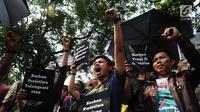 Aktivis HAM menggelar aksi di depan kantor Komnas HAM di Jakarta, Selasa (11/12). Aktivis menuntut penyelesaian kasus pelanggaran HAM yang terjadi di Indonesia. (Liputan6.com/Angga Yuniar)