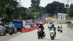 Kondisi lalu lintas di Jalan Raya Sawangan di Depok, Jawa Barat, Sabtu (28/11/2020). Demi mengatasi kemacetan yang semakin parah, Dinas Perhubungan (Dishub) Kota Depok memastikan pada 2023 akan dilaksanakan pelebaran Jalan Raya Sawangan. (Liputan6.com/Immanuel Antonius)