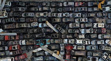 Foto udara menunjukkan kendaraan impor yang rusak akibat ledakan besar di pelabuhan Beirut, Lebanon (26/8/2020). Ledakan besar terjadi pada 4 Agustus yang menyebabkan kerusakan parah di sebagian besar ibu kota Lebanon tersebut. (AFP)