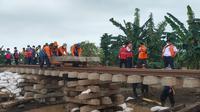 Jalur kereta api antara Stasiun Lemahabang - Stasiun Kedunggedeh pada Km 55 +100 sampai dengan KM 54+500 mulai dilakukan perbaikan karena air mulai surut. (Dok Kemenhub)