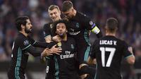 Para pemain Real Madrid merayakan gol Marcelo saat melawan Bayern Munchen pada leg pertama semfinal Liga Champions di Allianz Arena, Munich, (25/4/2018). Real Madrid menang 2-1. (Sven Hoppe/dpa via AP)