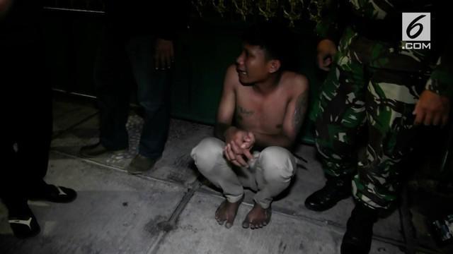 Seorang pemuda nekat mencuri tiga buah sepatu sekaligus, aksinya ketahuan massa yang mengamuk.
