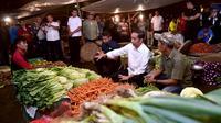 Presiden Joko Widodo berbincang dengan pedagang sayuran ketika memantau kebutuhan bahan pokok di Pasar Bogor, Jalan Roda, Kota Bogor, Selasa (30/10). Jokowi ingin memastikan langsung harga bahan kebutuhan pokok di pasar (Liputan6.com/HO/Biro Pers Setpres)