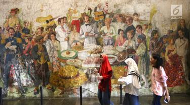 Pengunjung melintasi lukisan yang ada di Museum Fatahillah dan Museum Wayang, Kota Tua, Jakarta, Selasa (26/6). Pemprov DKI menggratiskan biaya masuk sejumlah museum menyambut HUT ke-491 Jakarta. (Liputan6.com/Arya Manggala)