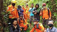 Tim Basarnas Manado saat menemukan dan mengevakuasi warga yang tersesat di area pertambangan emas.