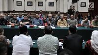 Ketua Pengadilan Tinggi DKI Jakarta Daming Sunusi didampingi pimpinan Pengadilan Tinggi DKI Jakarta saat mengklarifikasi pertanyaan Fadli Zon di Kantor Pengadilan Tinggi DKI Jakarta, Senin (4/2). (Merdeka.com/Iqbal Nugroho)