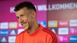 Gelandang baru Bayern Munchen, Ivan Perisic tersenyum saat konferensi pers pengenalan dirinya di Munich, Jerman (14/8/2019). Perisic memiliki opsi permanen yang bisa diaktifkan Bayern, jika mau membayar 30 juta euro (sekitar Rp476,3 miliar) kepada Inter Milan. (AFP Photo/Daniel Kopatsch)