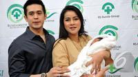 Olla Ramlan dan suaminya, Aufar Hutapea, saat jumpa pers di RSU Bunda, Menteng, Jakarta , Senin (19/1/2015). (Liputan6.com/Panji Diksana)