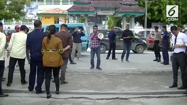 Mahasiswa berdemo di Kantor Bank Sultra meminta kasus pelecehan yang dialami belasan karyawan oleh atasannya diusut tuntas.
