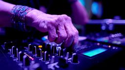 DJ Wika Szmyt memainkan musik di sebuah klub di Warsawa, Polandia, Senin (25/3). Wika kerap memainkan beragam jenis musik seperti rock, balada, latin, dan tentunya disko. (REUTERS/Kacper Pempel)