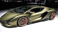 Supercar hybrid Lamborghini Sian dipamerkan perdana dalam IAA Auto Show di Frankfurt, Jerman, Rabu (11/9/2019). Mobil listrik pertama keluaran Lamborghini yang diberi nama Sian FKP 37 ini menampakkan dirinya secara perdana di hadapan publik. (Daniel ROLAND/AFP)