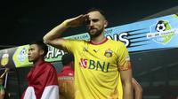 Ilija Spasojevic memberikan hormat saat merayakan keberhasilan meraih gelar juara Liga 1 2017 di Stadion Patriot Bekasi, Sabtu (12/11/2017). Bhayangkara kalah 1-2 lawan Persija. (Bola.com/Nicklas Hanoatubun)