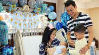 Di penghujung tahun 2017 ini menjadi momen yang sangat berharga untuk Titi Kamal dan Christian Sugiono yang dikaruniai anak ke-2 pada 5 Desember 2017. Uniknya, bayi laki-laki ini lahir satu hari sebelum hari ulang tahun Titi. (Instagram/titi_kamall)