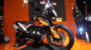 PT. Penta Jaya Laju Motor (PJLM) selaku distributor resmi KTM di Indonesia secara resmi meluncurkan dua motor gede terbaru, KTM 790 Duke dan KTM 790 Adventure di Kemayoran, Jakarta.
