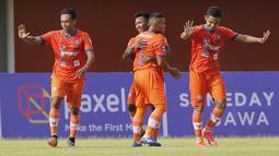 Para pemain Persiraja Banda Aceh merayakan gol kedua ke gawang Persita Tangerang yang dicetak gelandang Assanur Rijal (tengah, belakang) dalam laga Grup D Piala Menpora 2021 di Stadion Maguwoharjo, Sleman, Rabu (24/3/2021). Persiraja menang 3-1 atas Persita. (Bola.com/Arief Bagus)