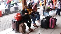Calon pemudik menunggu pemberangkatan di Terminal Kalideres, Jakarta Barat, Kamis (30/7/2020). Libur Idul Adha dimanfaatkan banyak masyarakat untuk mudik ke kampung halaman. (Liputan6.com/Angga Yuniar)