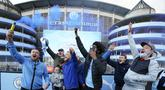 Suporter berpesta di luar Etihad Stadium usai Manchester City merebut gelar Liga Inggris, di Manchester, Selasa (11/5/2021). Manchester City resmi dinobatkan sebagai juara Liga Inggris 2020-2021 setelah rival sekotanya, Manchester United, kalah dari tamunya Leicester City 1-2. (AP Photo/Jon Super)