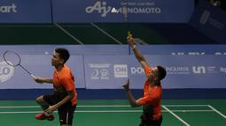 Ganda putra Indonesia, Fajar Rian / Muhammad Rian, mengembalikan kok saat melawan Aaron Chia / Soh Wooi Yik pada final beregu SEA Games 2019 di Multinlupa Sport Center, Rabu (4/12). Fajar / Rian kalah 17-21 dan 13-21. (Bola.com/M Iqbal Ichsan)