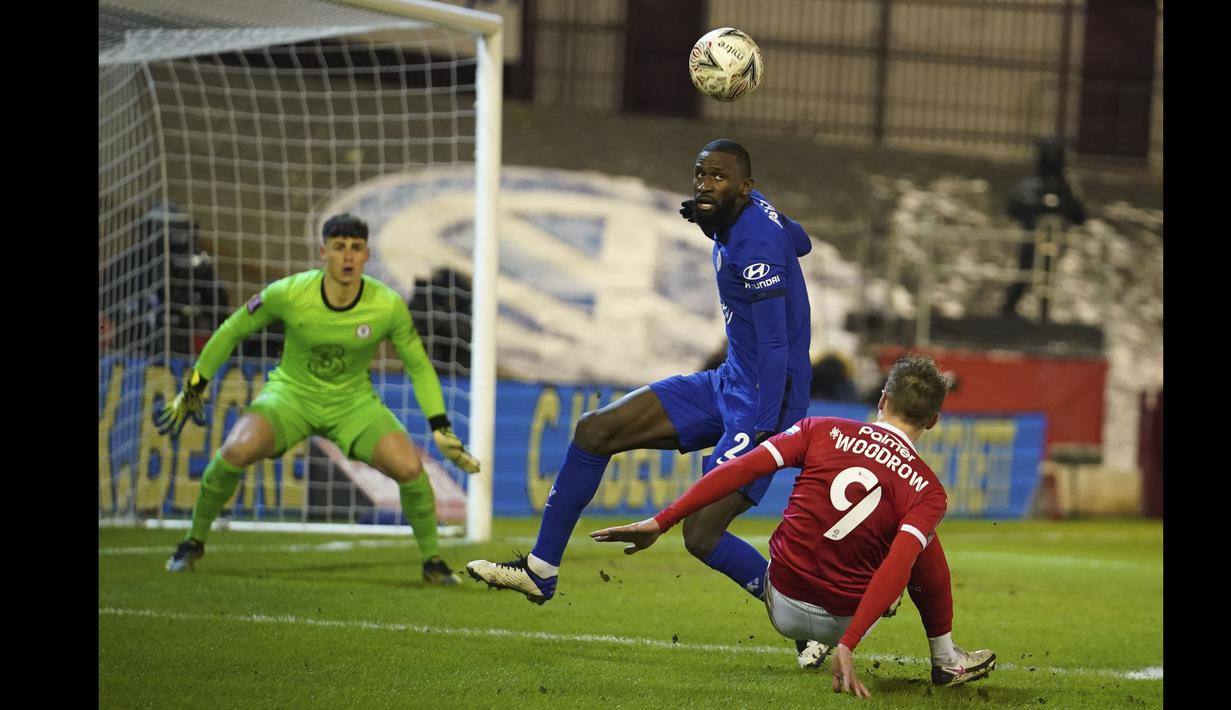 Tampil mengandalkan pressing tinggi, Barnsley mencoba mengancam pertahanan Chelsea yang dijaga oleh Antonio Rudiger. (Foto: AP/Pool/Dave Thompson)