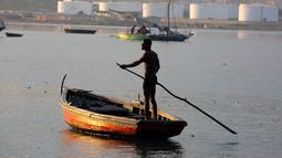 Nelayan menggunakan tiang mendorong perahu kayunya saat memancing di daerah Port Cite Soleil di Port-au-Prince, Haiti (17/3). Penduduk Cite Soleil sebagian besar hidup dalam kemiskinan ekstrem. (AP Photo/Dieu Nalio Chery)