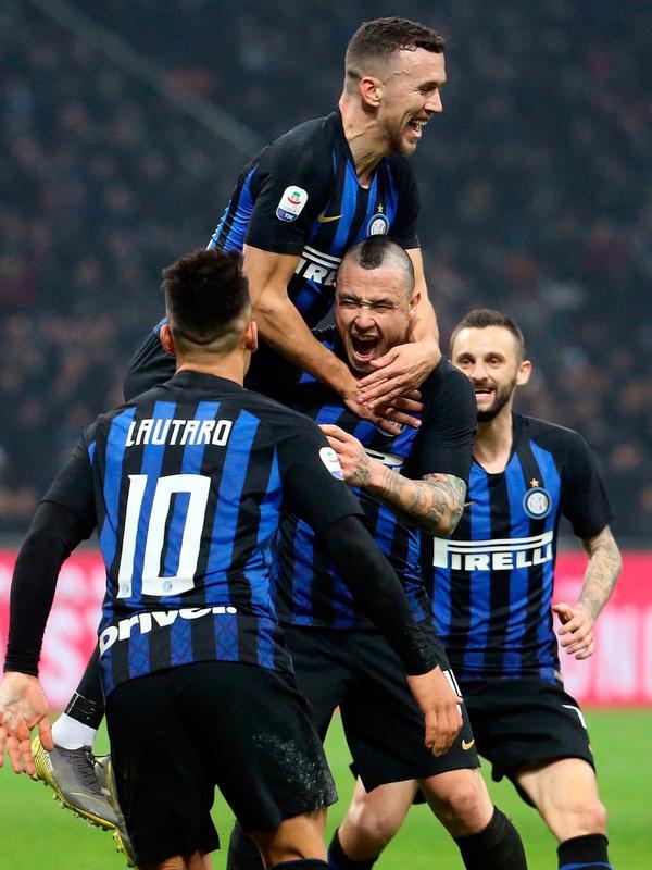 Gelandang Inter Milan Radja Nainggolan (tengah) melakukan selebrasi bersama rekan-rekannya usai mencetak gol ke gawang Sampdoria pada Serie A di Stadion San Siro, Milan, Minggu (17/2). Nainggolan mencetak gol penentu bagi Inter. (Matteo Bazzi/ANSA via AP)