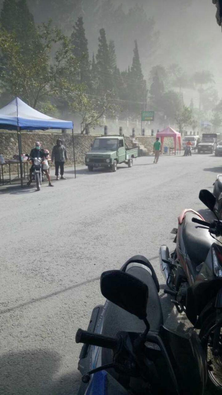 Penampakan hujan abu Merapi Jumat pagi (11/5/2018) di kawasan Kaliurang, Yogyakarta. (foto: Liputan6.com/alpend'90/edhie prayitno ige)
