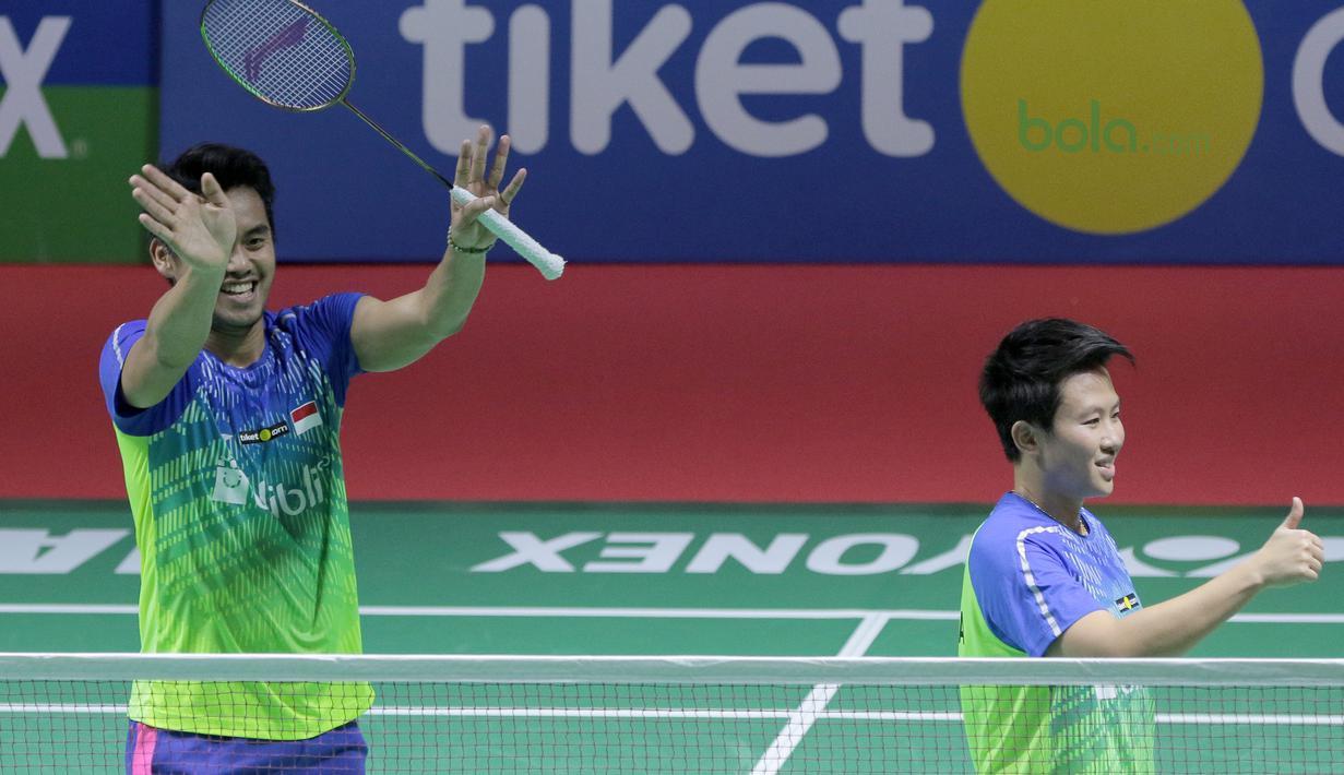 Tontowi Ahmad/Lilyana Natsir menyapa fans setelah mengalahkan pasangan China, Zhang Nan/Li Yinhui pada perempat final Indonesia Open 2018 di Istora Senayan, Jakarta, (6/6/2018). Tontowi/Liliyana menang 21-17, 21-14. (Bola.com/Nick Hanoatubun)