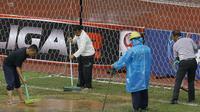 Panitia merapihkan lapangan saat laga Persis Solo melawan Martapura FC pada laga 8 besar Liga 2 Indonesia di Stadion Patriot, Bekasi, Kamis (9/11/2017). Persis kalah 0-1 dari Martapura FC. (Bola.com/M Iqbal Ichsan)