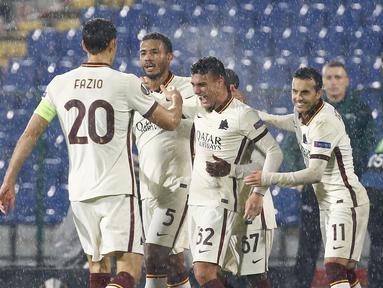 Gelandang AS Roma, Tommaso Milanese merayakan gol ke gawang CSKA Sofia pada laga pemungkas Grup A Liga Europa 2020/2021 di Vasil Levski, Jumat (11/12/2020) dini hari WIB. Roma menelan kekalahan dengan skor 1-3 dari CSKA Sofia. (AP Photo/Anton Uzunov)