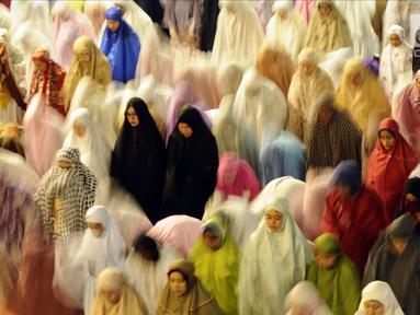 Jemaah wanita melaksanakan salat sunah gerhana atau salat khusuf di Masjid Istiqlal, Jakarta, Rabu (31/1). Ribuan umat muslim dari berbagai daerah melaksanakan salat sunah gerhana atau salat khusuf di Masjid Istiqlal. (Liputan6.com/Helmi Fithriansyah)