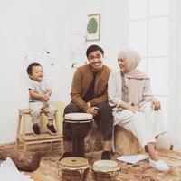 Ayudia Bing Slamet, Ditto dan Dia Sekala Bumi merupakan salah satu keluarga selebriti yang menjadi sorotan publik. Pasalnya keluarga kecil ini selalu mengahadirkan karya-karya yang menginspirasi. (Instagram/ayudiac)