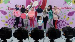 """Sejumlah orang berfoto bersama saat acara """"Peluk Ibu Satu Indonesia""""  selama Car Free Day di Bundaran HI, Jakarta, Minggu (23/12). Acara tersebut memperingati hari ibu dan mengajak masyarakat untuk selalu menghormati ibu. (Merdeka.com/Iqbal S. Nugroho)"""