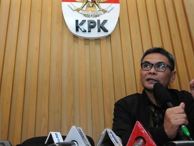 Pimpinan KPK, Johan Budi menggelar konferensi pers di gedung KPK, Jakarta, Selasa (1/12/2015) KPK menangkap anggota DPRD Banten dalam OTT (Operasi Tangkap Tangan) di kawasan Serpong, Tangerang. (Liputan6.com/Helmi Afandi)