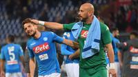 Dries Mertens dan Pepe Reina merayakan kemenangan Napoli atas Sassuolo dalam lanjutan Liga Italia di Stadio San Paolo, Minggu (29/10/2017). Napoli menang 3-1. (Luca Zennaro/ANSA via AP)