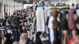 Suasana Skybridge Pasar Tanah Abang, Jakarta, Rabu (28/4/2021). Pedagang mengaku penjualan meningkat hingga 50 persen dibandingkan bulan sebelumnya. (merdeka.com/Iqbal S. Nugroho)