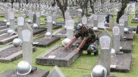Personel TNI mencabut rumput liar saat membersihkan Taman Makam Pahlawan Kalibata di Jakarta, Kamis (9/11). Pembersihan tersebut dilakukan guna menyambut Hari Pahlawan yang diperingati setiap 10 November. (Liputan6.com/Immanuel Antonius)