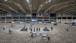 Suasana arena kontes Kecantikan Kuda Arab yang digelar di desa Abusir, sekitar 20 km barat daya ibu kota Mesir, Kairo, 5 Oktober 2019. Kontes tersebut memperebutkan gelar kuda arab terindah. (Photo by Khaled DESOUKI / AFP)