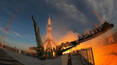 Roket Soyuz MS-11 bersiap meluncur ke Stasiun Luar Angkasa Internasional (ISS) di Baikonur, Kazakhstan, Senin (3/12). Roket membawa astronot AS Anne McClain, kosmonot Rusia Оleg Kononenko, dan astronot CSA David Saint Jacques. (AP Photo/Dmitri Lovetsky)