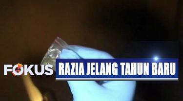 Petugas menemukan satu bungkus plastik bening berukuran kecil berisi tembakau gorila atau sinte di lantai trotoar jalan.