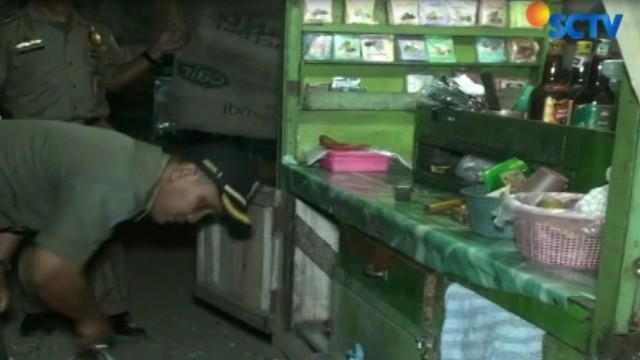Petugas menyita sejumlah minuman keras dan dibawa ke mobil petugas Satpol PP.
