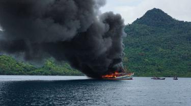 KKP menenggelamkan 10 kapal pelaku illegal fishing di Laut Natuna, Batam, Kepulauan Riau. (Foto: Liputan6.com/KKP)