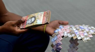 Saking Tak Bernilai, Uang Venezuela Dibikin Jadi Tas