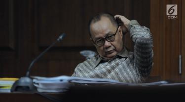 Terdakwa penerbitan SKL terhadap obligor BLBI, Syafruddin Arsyad Temenggung bersiap menjalani sidang lanjutan di Pengadilan Tipikor, Jakarta, Kamis (21/6). Sidang mendengar keterangan saksi. (Liputan6.com/Helmi Fithriansyah)