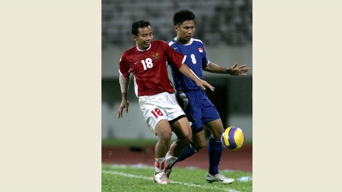 Firmansyah saat berduel dengan Noh Alam Shah saat Timnas Indonesia bersua Singapura di penyisihan Grup B Piala AFF 2007. (AFP/Theresa Barraclough)
